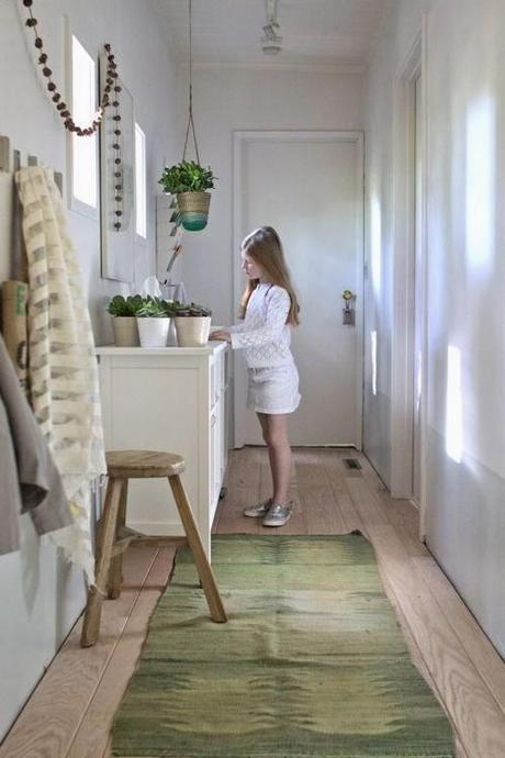 UN RECIBIDOR DECORADO CON MUEBLES DE IKEA