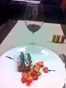 Coca de sardinas con fresas y cebolleta y Comunica 2011