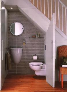 Baño pequeño debajo escalera