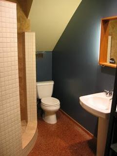 Diseño de baño bajo escalera