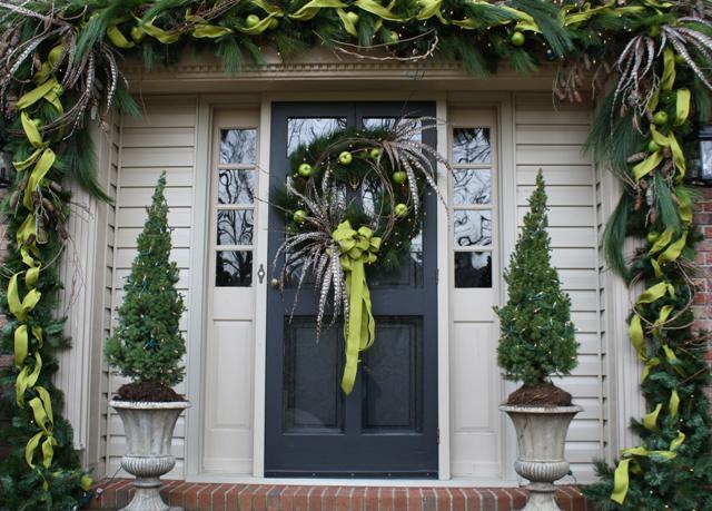 Decoraci n de puertas por navidad paperblog for Puertas decoradas con guirnaldas