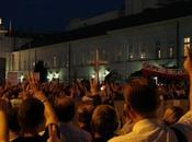 Polonia: Iglesia, gobierno intentan calmar ánimos sobre cruz