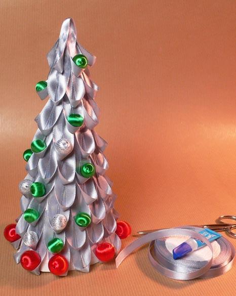 Decoraci n de navidad rbol de navidad con cintas de raso for Decorar con lazos