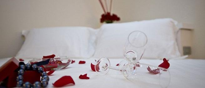 C mo decorar un dormitorio para una noche rom ntica - Como adornar una pared ...