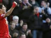 Luis Suárez coloca como líder Liverpool