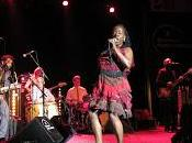 Sharon Jones versiona 'Goldfinger' Shirley Bassey