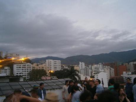 Fiesta en la terraza con vistas amaneciendo el uno de enero.