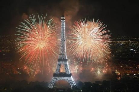torre-eiffel-en-paris-fuegos-artificiales-de-nochevieja