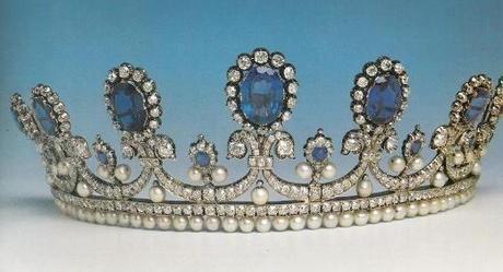 Tiara de zafiros diamantes y perlas de la Reina Maria Amalia de Francia, de su coleccion personal. Diseñado por Bapst. Heredada por la familia hasta que fué adquirida por el Museo del Louvre.