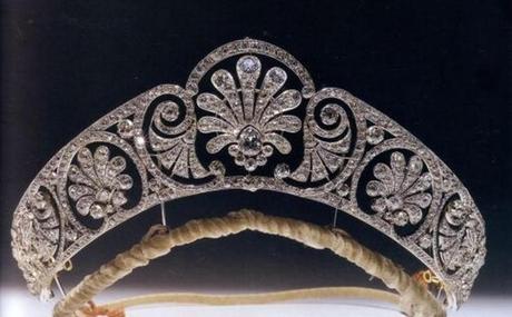 El Palmette Gloucester era propiedad de la reina María .   La tiara de diamantes está adornada con un friso de madreselva El adorno central está hecho para ser separable. Fue terminada antes o durante febrero de 1914.