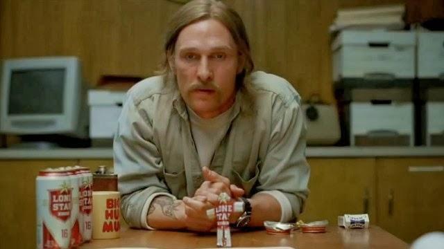 El personaje de McConaughey testifica en la reapertura del caso en las escenas del presente