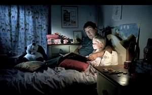 padre contando cuentos en la cama