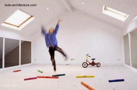 Ático y sala de juegos para niños con ventanas exteriores e interiores