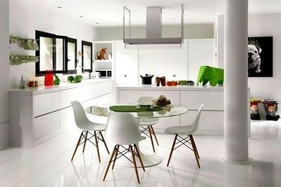 Cocina blanca con sillas de los eames paperblog for Sillas cocina blancas