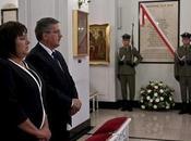 Colocan nueva placa memoria fallecidos tragedia Smolensk