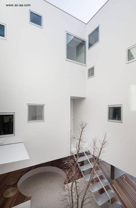Casa urbana elevada minimalista en jap n paperblog for Casa minimalista japon
