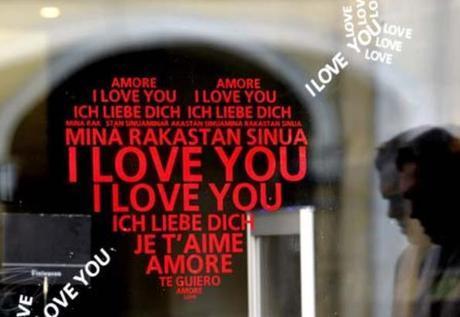 Decoración de escaparate en el Día de los Enamorados