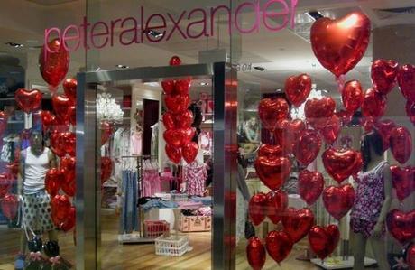 Decoración de escaparates para el Día de los Enamorados - Globos corazón