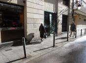 Mujeres ponen bolsa súper cabeza cuando llueve...barcelona...!!!...10-04-2014...!!!