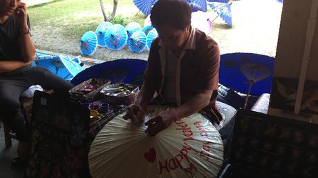 Artista Tailandés preparando una sombrilla para San Valentín