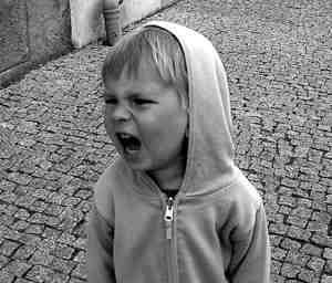 niño furioso agresivo