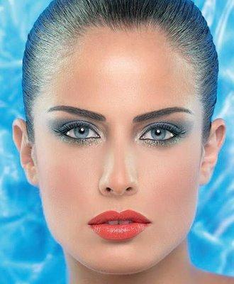 Maquillaje de ojos con vestido azul electrico