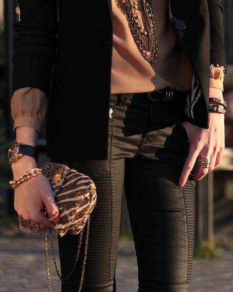 Negro + Camel + Pantalones moteros
