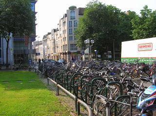 Aparcamiento bicis, Bonn, Alemania, round the world, La vuelta al mundo de Asun y Ricardo, mundoporlibre.com