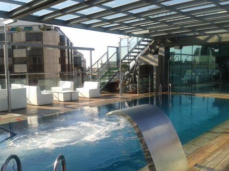 Piscinas con encanto 5 azoteas donde disfrutar el - Piscina hotel emperador ...