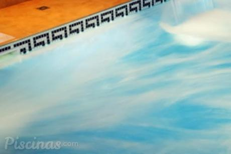 Agua de la piscina tratada con cloración salina