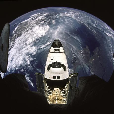 La Tierra y la Atlantis, en el mismo planto. 21 de abril de 2010
