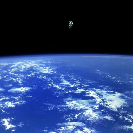 El astronauta Bruce McCandless vuela sobre el azul de la Tierra gracias a una mochila propulsada con nitrógeno. 2-12-1984.