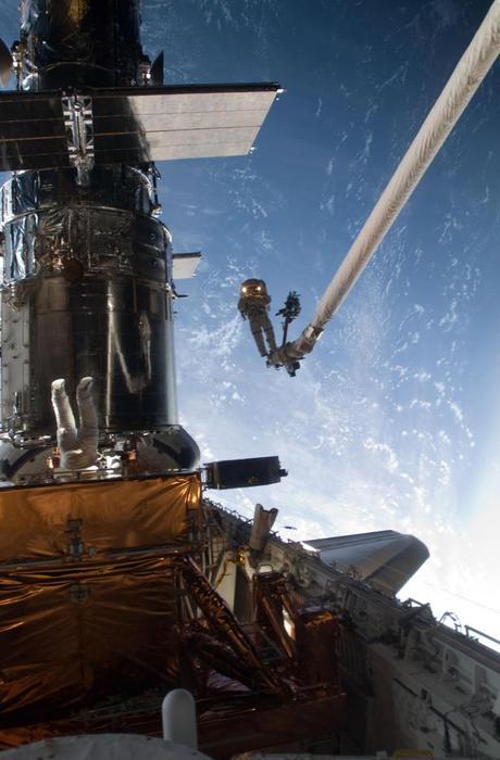 Dos astronautas en el exterior de la nave Atlantis. 20 de mayo de 2009