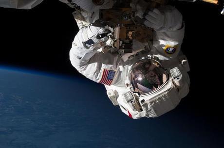 Dos astronautas estuvieron 5 horas y 30 minutos en un paseo espacial, el 11 de mayo de 2013, necesario para reparar la Estación Espacial.