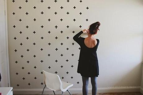 Diy efecto papel pintado con cruces en paredes gotel - Decorar paredes de gotele ...