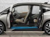 neonato entre coches totalmente eléctricos