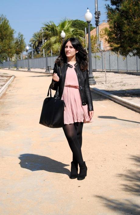 Vestido palo de rosa con medias negras