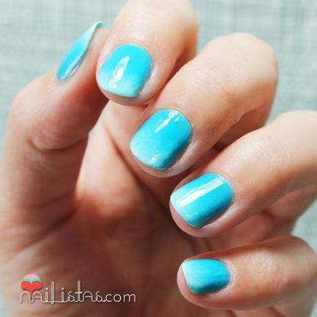Uñas cortas decoradas con degradado en azul