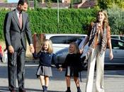 Príncipes Asturias llevan hijas cole. look Dña. Letizia