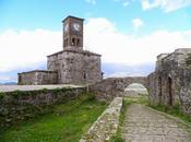 Albania, gjirokastra, ciudad peldaños