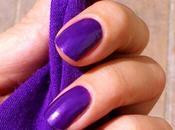 Miércoles mudo: uñas moradas