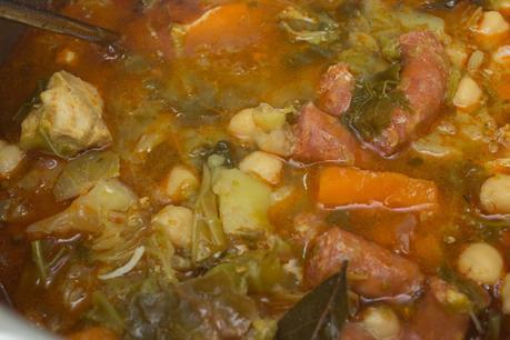 Garbanzos y col con chistorra y pollo adobado en olla - Cocido en olla express ...