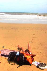 Descansando con mi mochila en una playa de Koa Kinabalu, la capital de Sabah en Borneo.