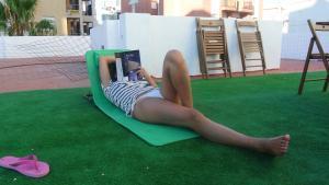 Leyendo un libro en Rota, Cádiz. Vacaciones en familia.