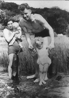 El hombre cruzado de brazos en medio del saludo nazi