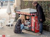 Nueva campaña street marketing Coca Cola para mini latas