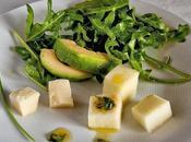 Ensalada rúcula aguacate vinagreta cebollino dados manzana queso manchego