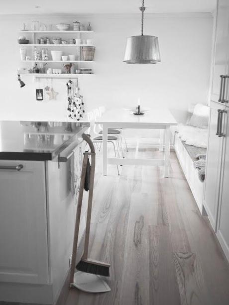 Una cocina blanca y gris con office n rdico paperblog for Cocinas blancas y grises