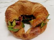 Croissant salmón, espinaca, aguacate tomate