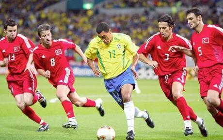 Turquía, a base de esfuerzo y juego en equipo, logró ser la sorpresa del Mundial de 2002 mundial Selecciones que enamoran denilson turquia get